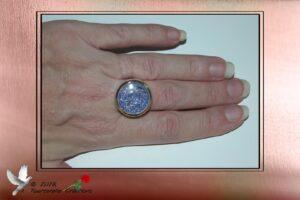Bijou fantaisie - Bague en verre remplie de micro billes argent, bleu et rouge